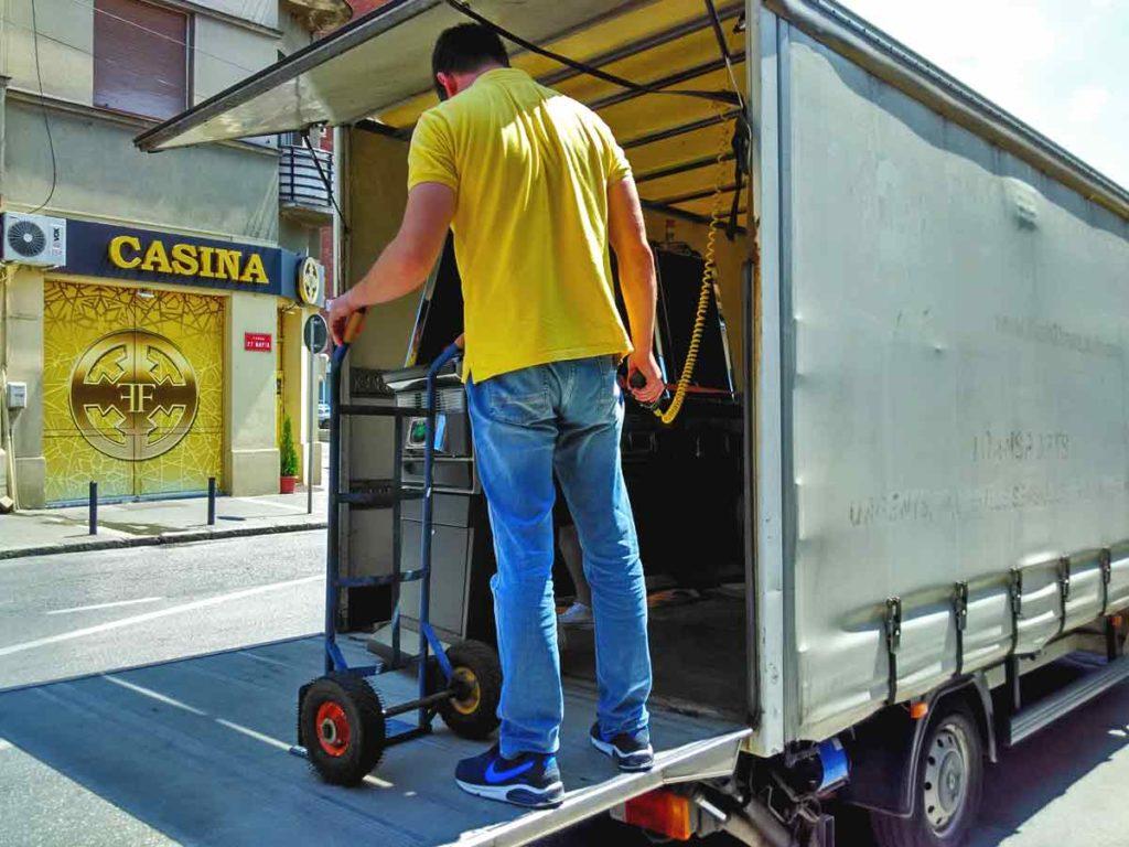 kamion za selibe tovarna rampa Reno Master selidba poslovnog prostora
